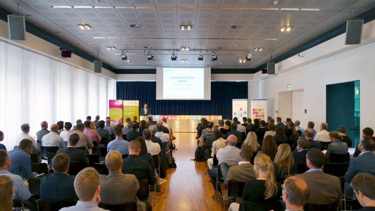 Niedersachsens Minister für Umwelt, Energie, Bauen und Klimaschutz, Olaf Lies, spricht auf der RENN.nord-Jahrestagung.