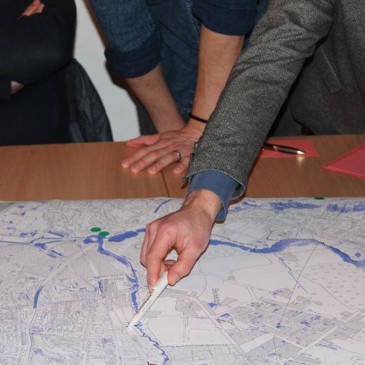 """Arbeit an Karten, die im Rahmen des Workshop """"Starkregenvorsorge: Information & Austausch"""" ausgelegt waren."""