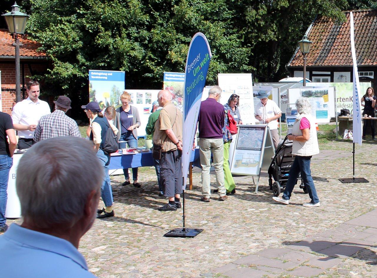 Besucherinnen und Besucher informieren sich an den Ständen von hanseWasser, Bremer Umweltberatung und Bremer Aufbau-Bank zu Vorsorge- und Fördermöglichkeiten gegen Starkregen.