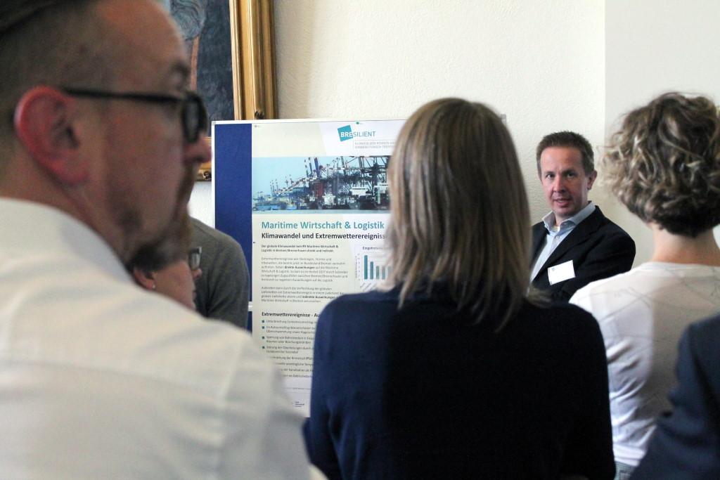 Posterpräsentation von Rainer Müller (Institut für Seeverkehrswirtschaft und Logistik) zu den Auswirkungen des Klimawandels auf Transport und Logistik.