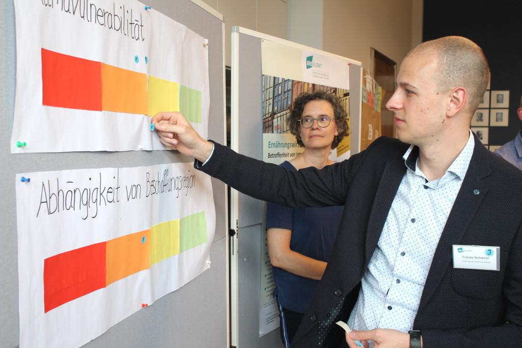 Ein Teilnehmer bewertet die Auswirkungen des Klimawandels auf Produkte der Ernährungswirtschaft.