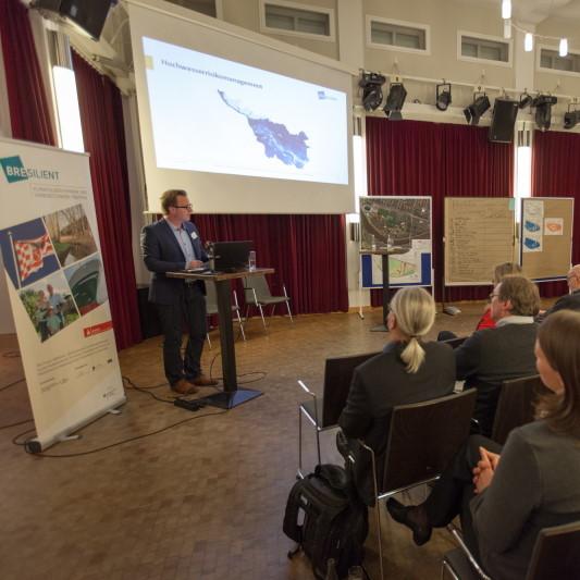 Etwa 50 Teilnehmer*innen diskutierten im Bürgerhaus Weserterrassen über Klimawandelfolgen und Hochwasservorsorge in der Pauliner Marsch und Im Suhrfelde.
