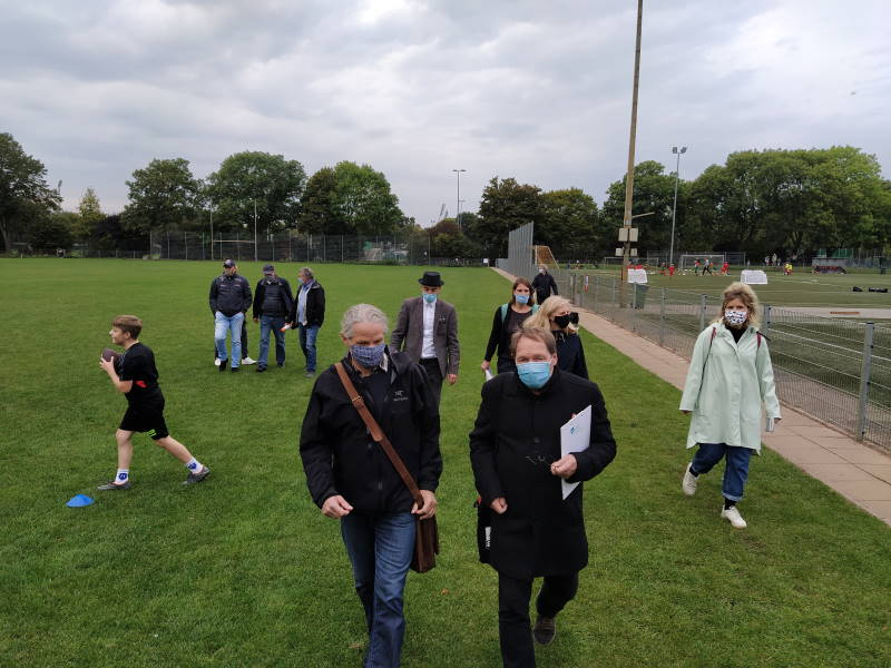 Teilnehmer*innen der Veranstaltung bei der Begehung der Sportstätten.